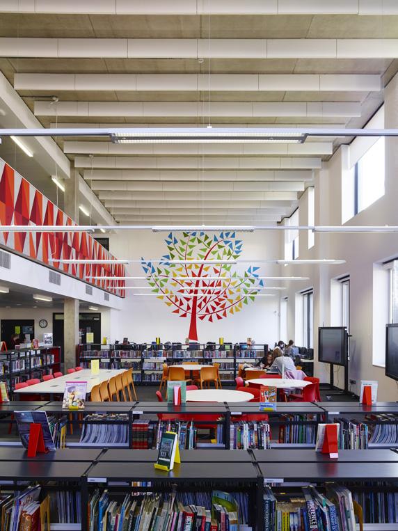 interiér modernej školy a študovňa v interiéri dievčenskej školy