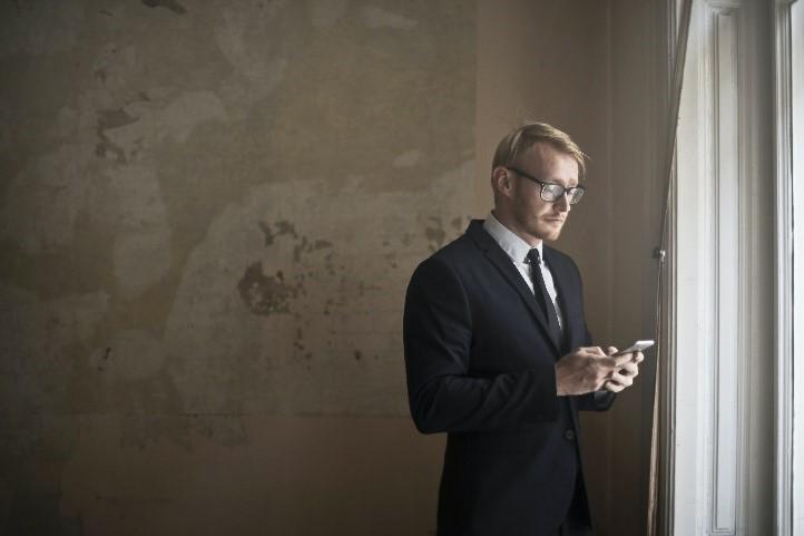 muž v stredno veku prezerajúci si nehnuteľnosť online prostredníctvom 3D virtuálnej prehliadke Matterport