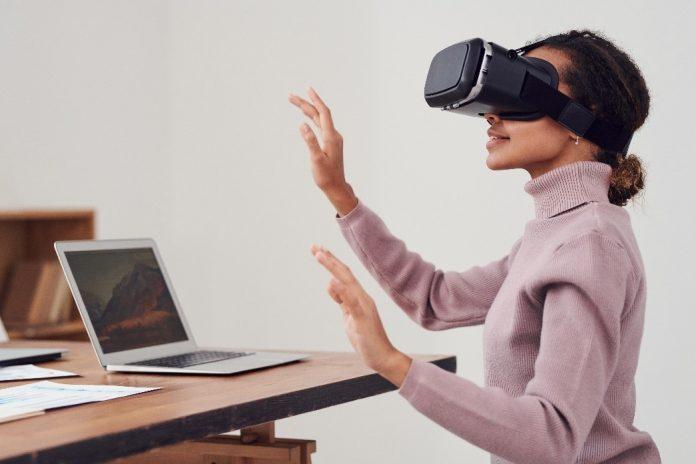 mladá žena prezerajúca si svoju nehnuteľnosť ce 3 D virtuálnu prehliadku