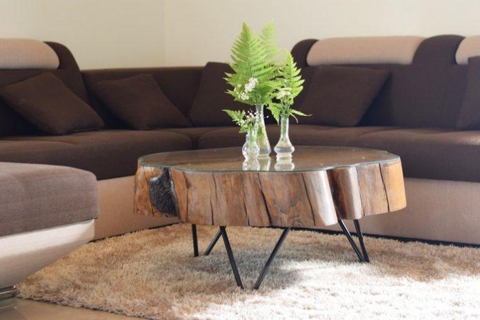 moderný masívny stôl v altánku