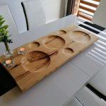 drevený podnos položený na kuchynskom stole
