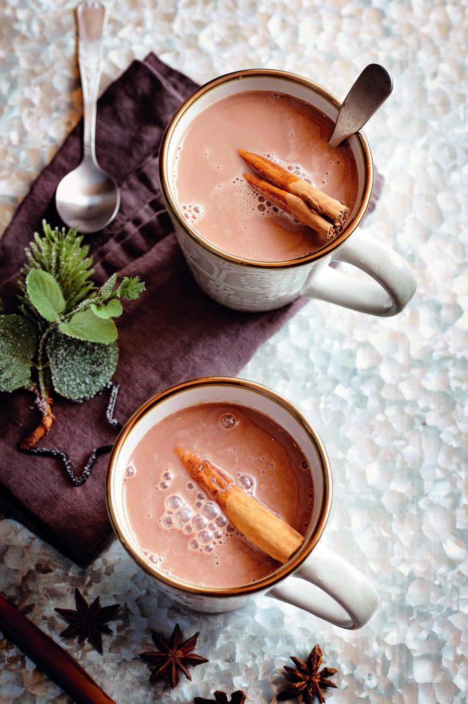 chutná horúca čokoláda v štýlových šálkach pre lepšiu atmosféru Hygge