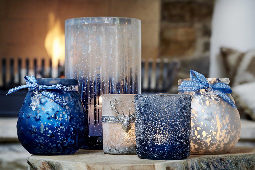 zasnežené lampášiky a motív zvieratiek na vianočnej výzdobe