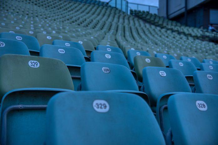 prázdne sedačky na štadióne, kine