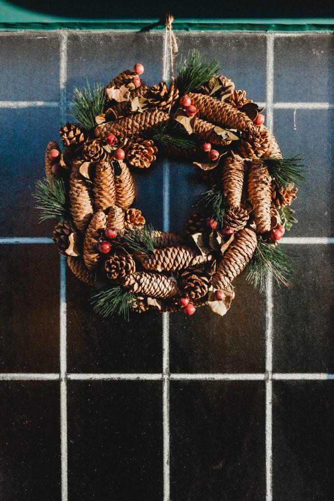 vianočný veniec zo šišiek a borovicovej čečiny
