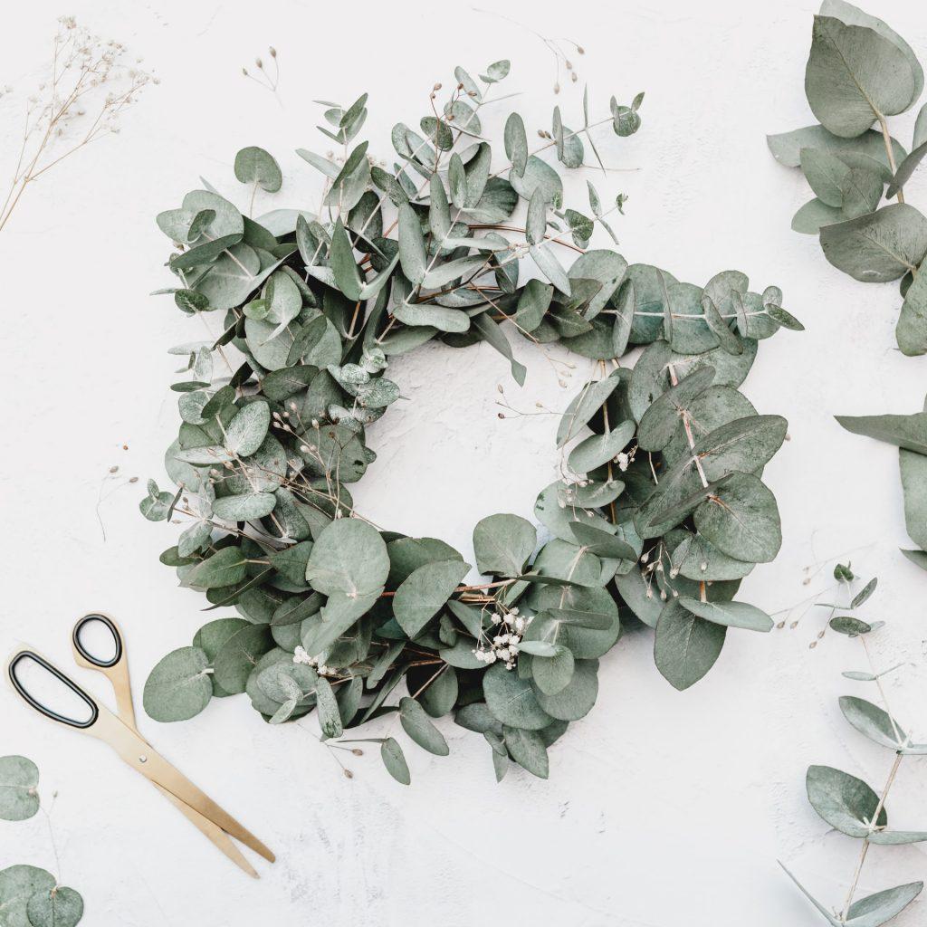 krásny veniec z eukalyptových listov a návod na výrobu