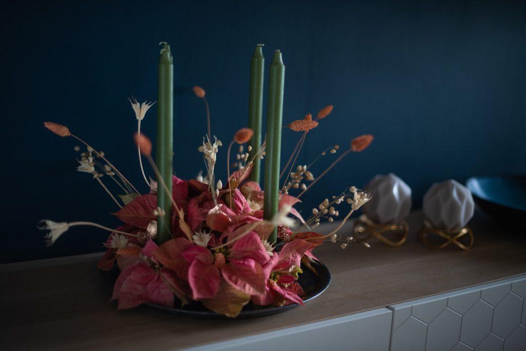 adventný veniec so sušenými a umelými kvetmi
