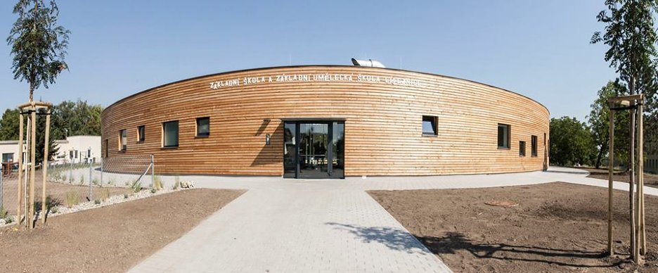 Moderná škola Libeznice a jej exteriér