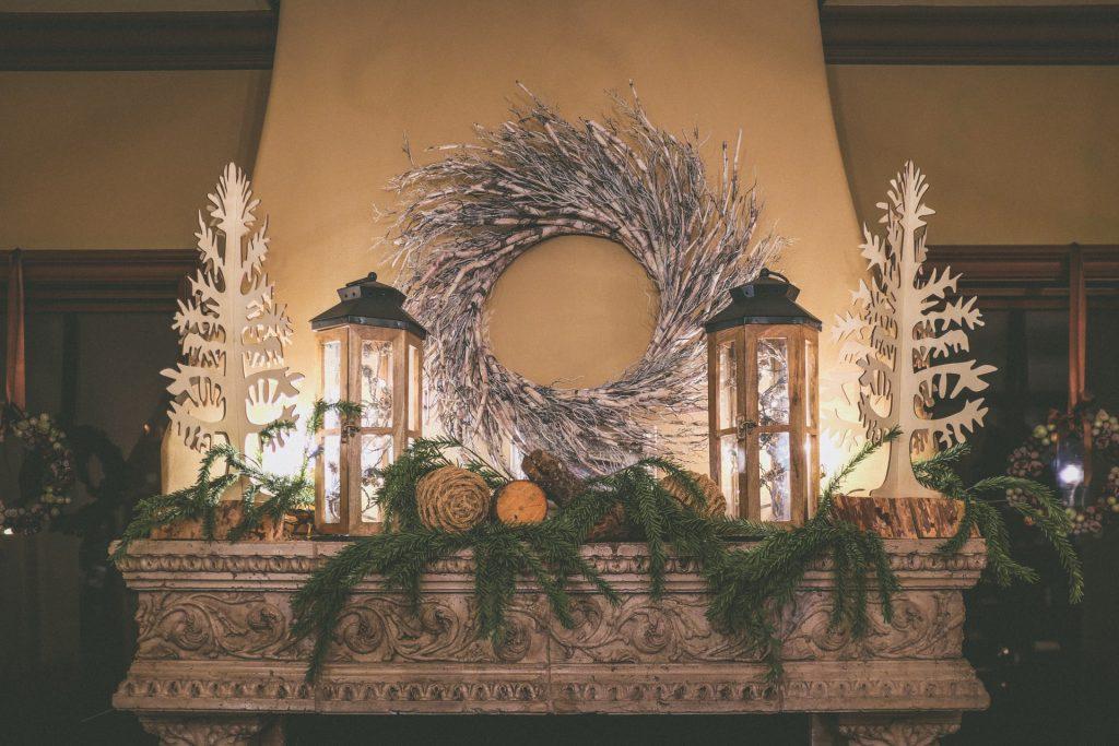 vianočná výzdoba a krásne zimné dekorácie na krbe