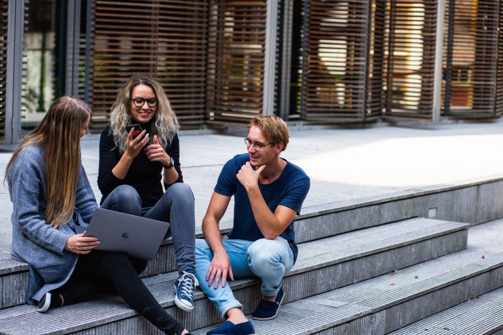 skupinka mladých študentov tráviaca čas v exteriéri