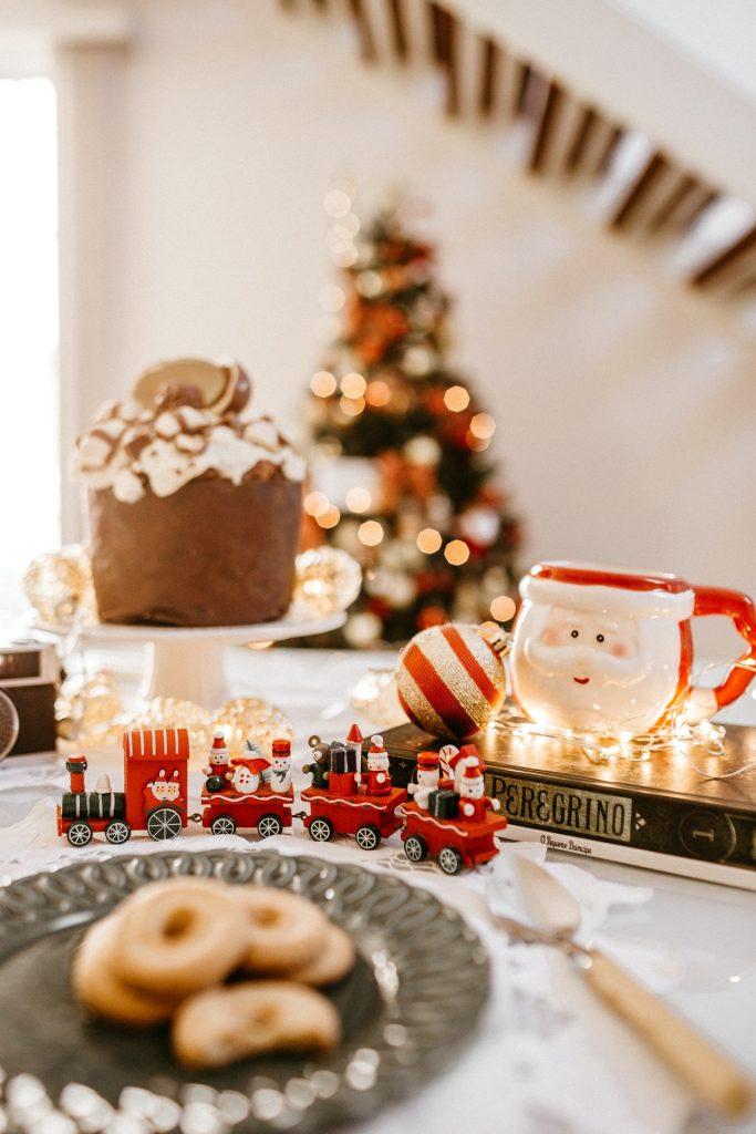 čerstvé vianočné koláčiky a vláčik skrášľujúci vianočnú výzdobu