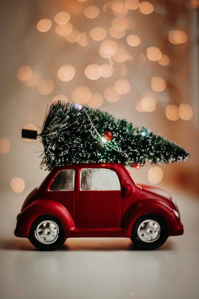 vianočná vzdoba v podobe autíčka so stromčekom