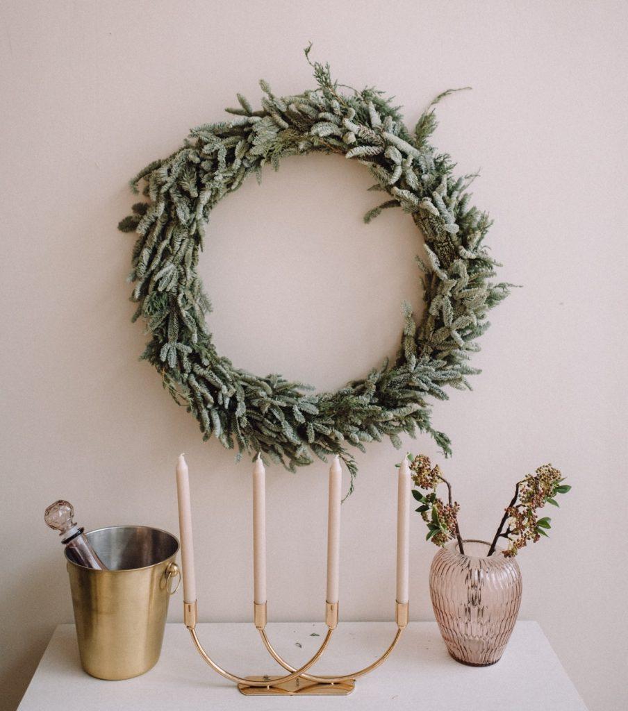 jednoduchý a krásny adventný veniec s dekoráciami v podobe interiérových doplnkov