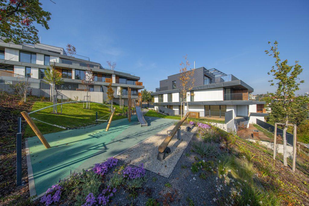 vonkajšie priestory rezidnečného projektu Gansberg s výhľadom an ihrisko