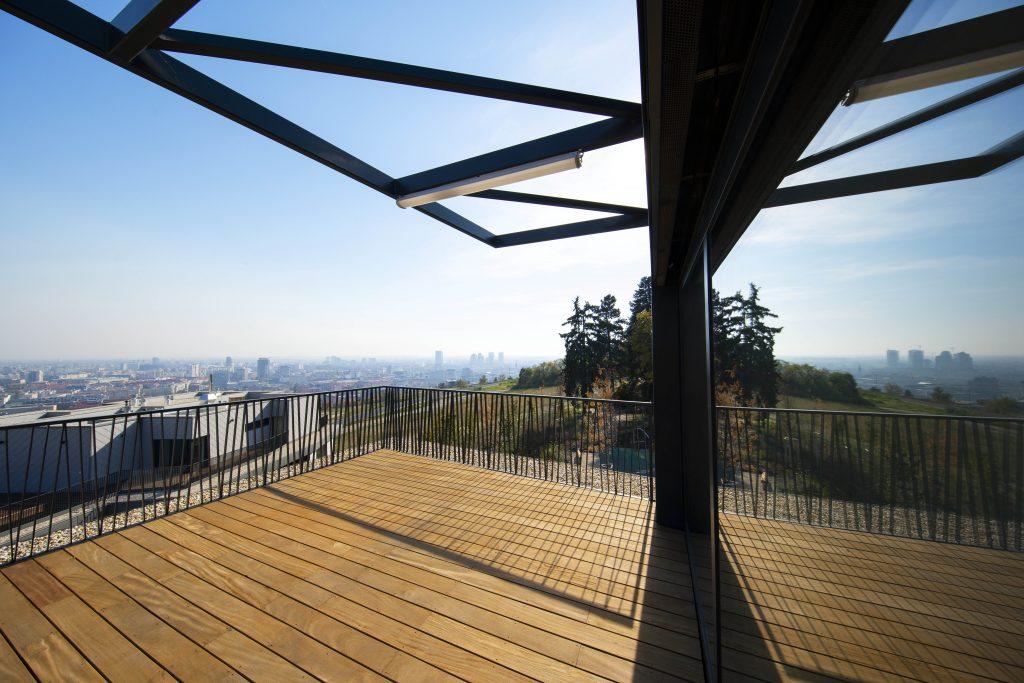 slnečný deň a originálna výhľad z bytového komplexu Gansberg