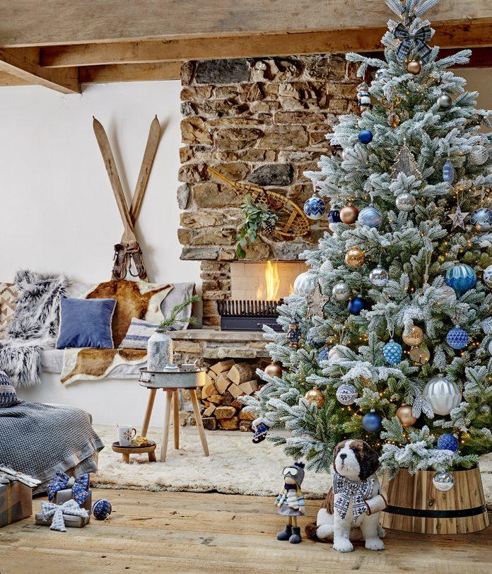 štýlový vianočný interiér s množstvom vianočných dekorácií