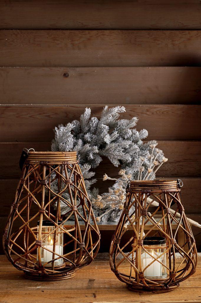 dva prútené lampáše ako vianočná dekorácia na zútulnenie interiéru