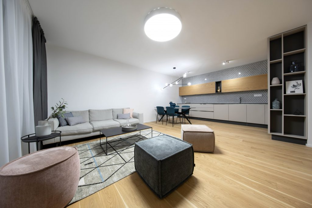krásny nábytok v moderne zariadenom interiéri