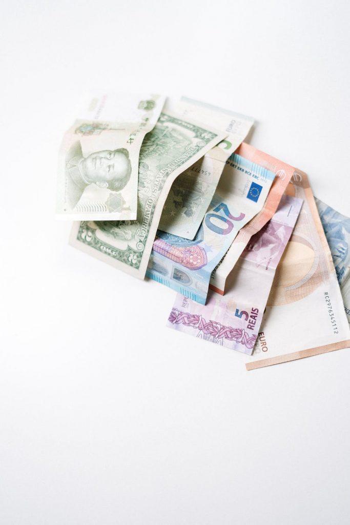 bankovky položené na stole