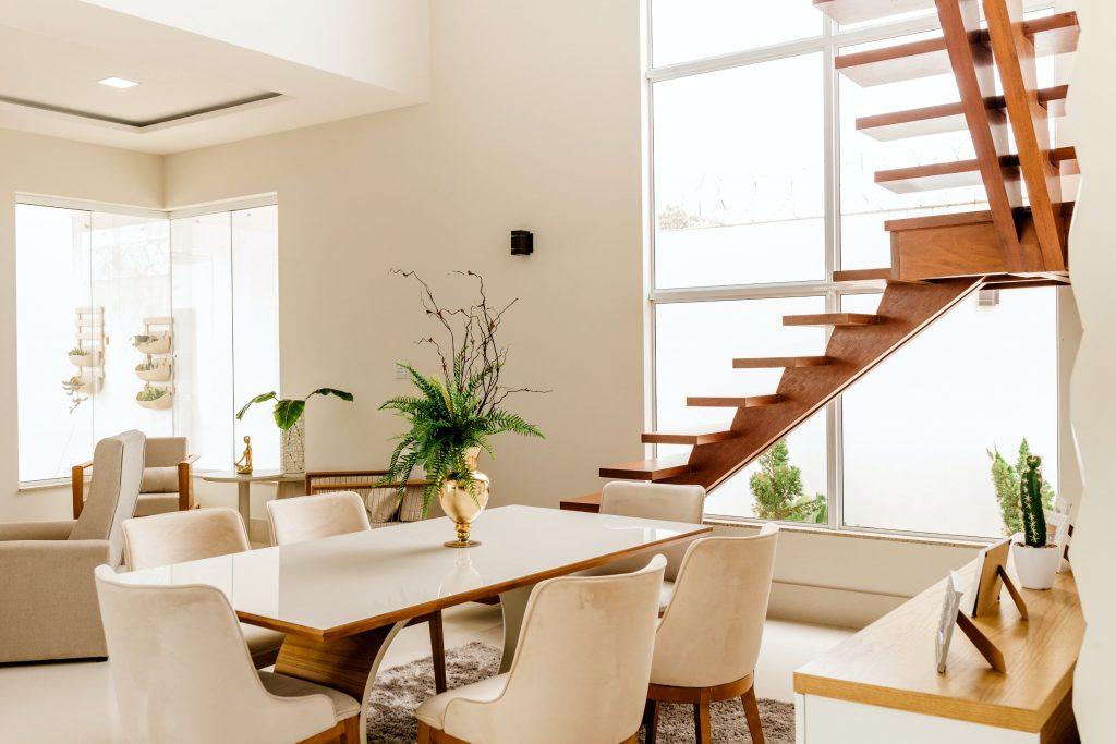 mezonetový byt s moderným nábytkom pre rodinu