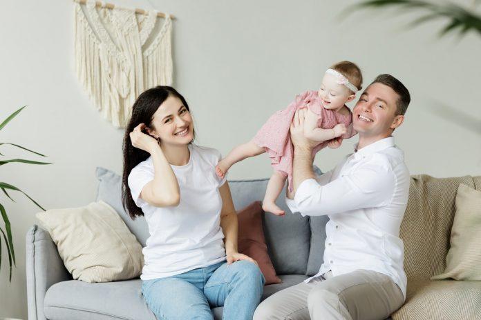 mladá rodinka uvažujúca nad kúpou rodinného domu