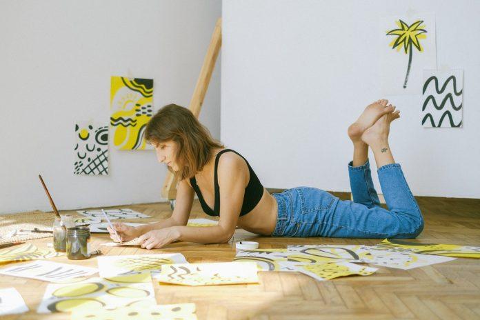 mladá žena venujúca sa umeniu a arteterapií