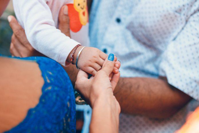 mladý manželský pár s deťmi