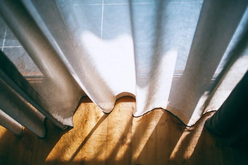 presvetlený byt s modernými a elegantnými závesmmi