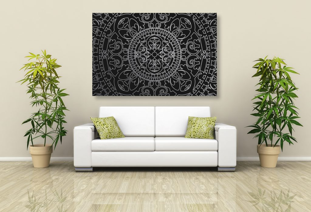 výrazný obraz zavesený na stene v obývacej miestnosti
