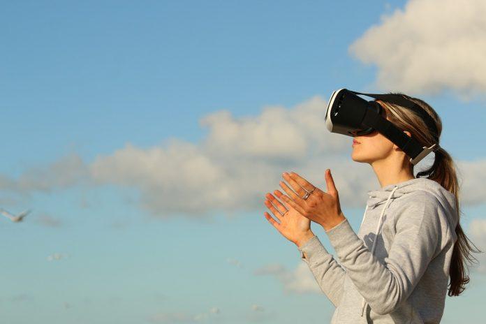 mladá žena s 3D okuliarmi sledujúca virtuálnu realitu