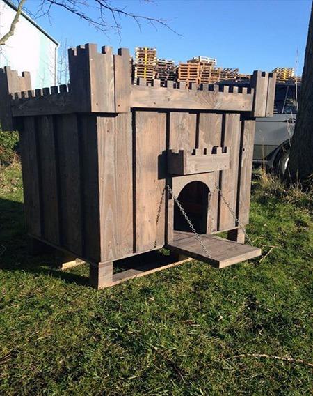 psia búda v tvare hradu vyrobená z dreva