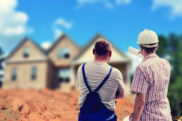 dva muži pred rodinným domom