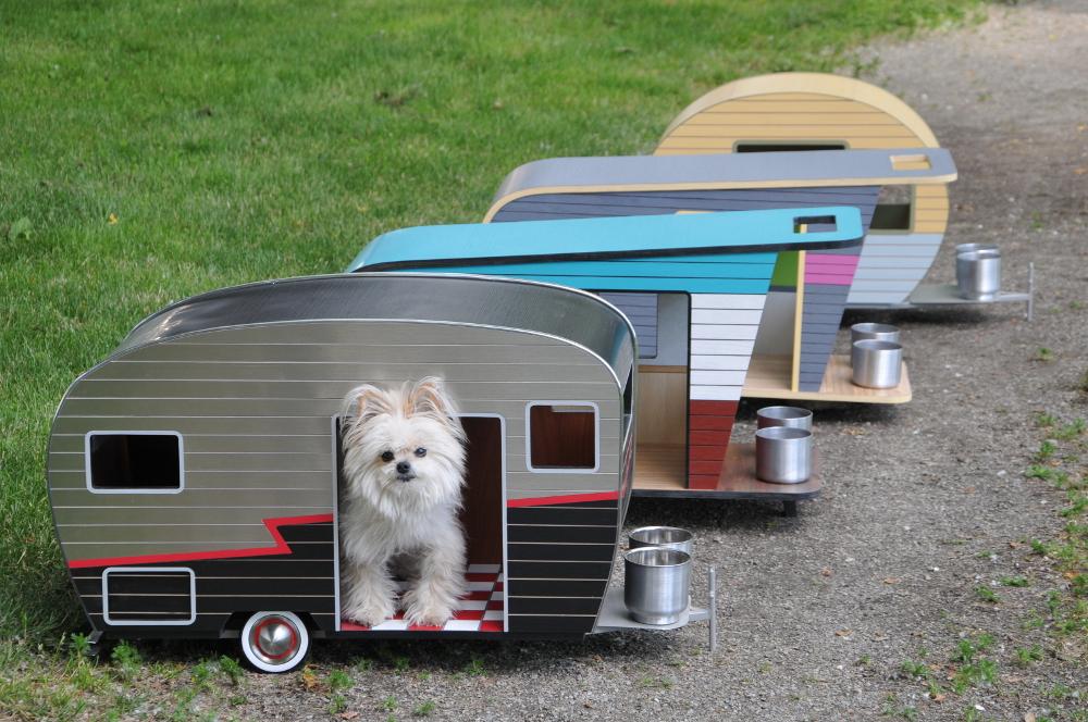 psie búdy vyrobené z ekologických materiálov vrátane recyklovateľného hliníka, preglejky a plastu