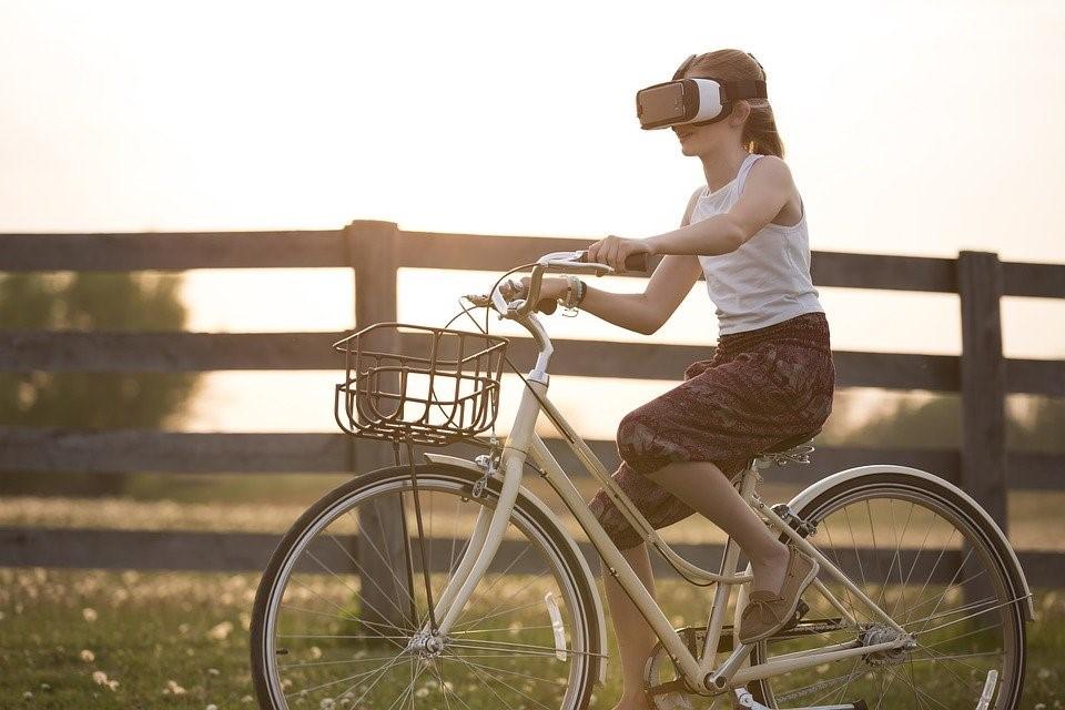 dievčatko na bicykli s headsetom