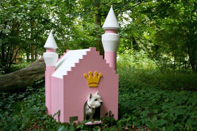 psia búda v tvare hradu ružovej farby