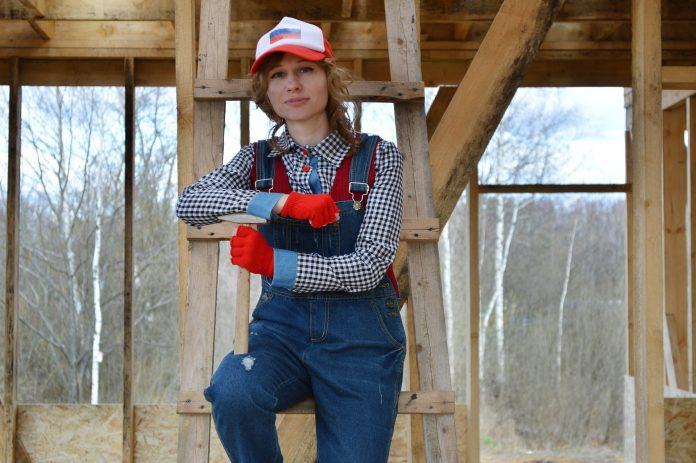 mladá žena v pracovnom oblečení