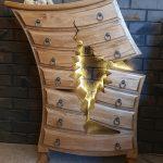 originálna a atypická komoda z borovicového dreva