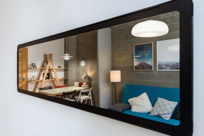 odraz moderného interiéru v zrkadle