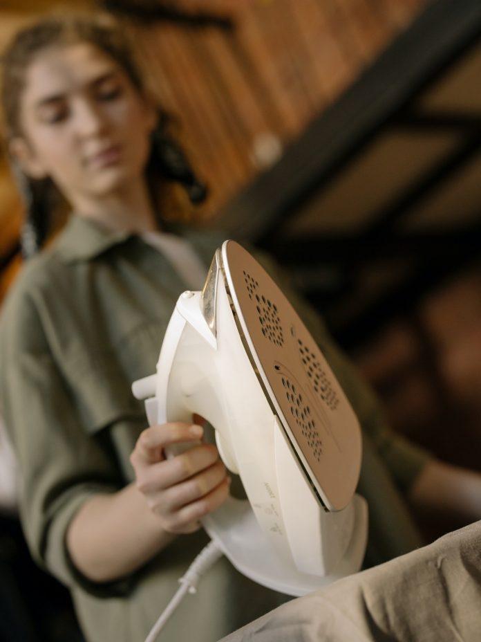 mladá žena žehlička