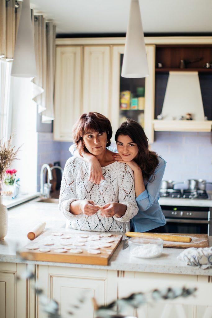 mama s dcérou spolu varia zdravé jedlo v modernej kuchyni