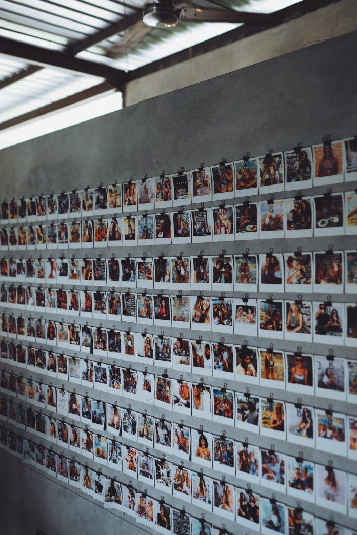 fotografie zavesené na stene v modernom interiéri