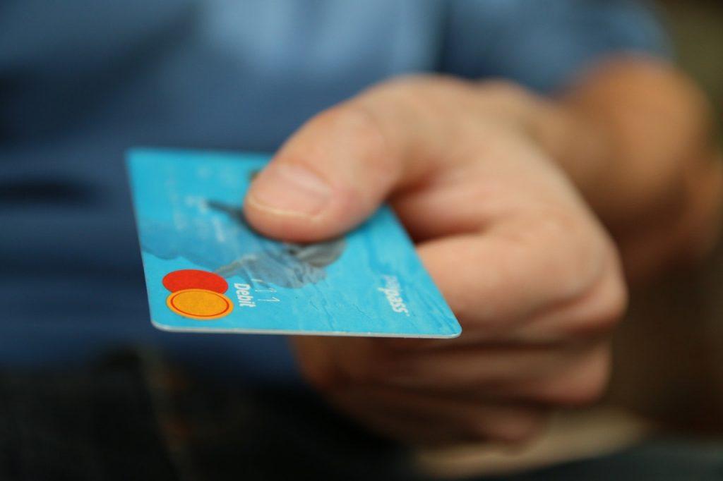 mladý muž bs novou kreditnou kartou