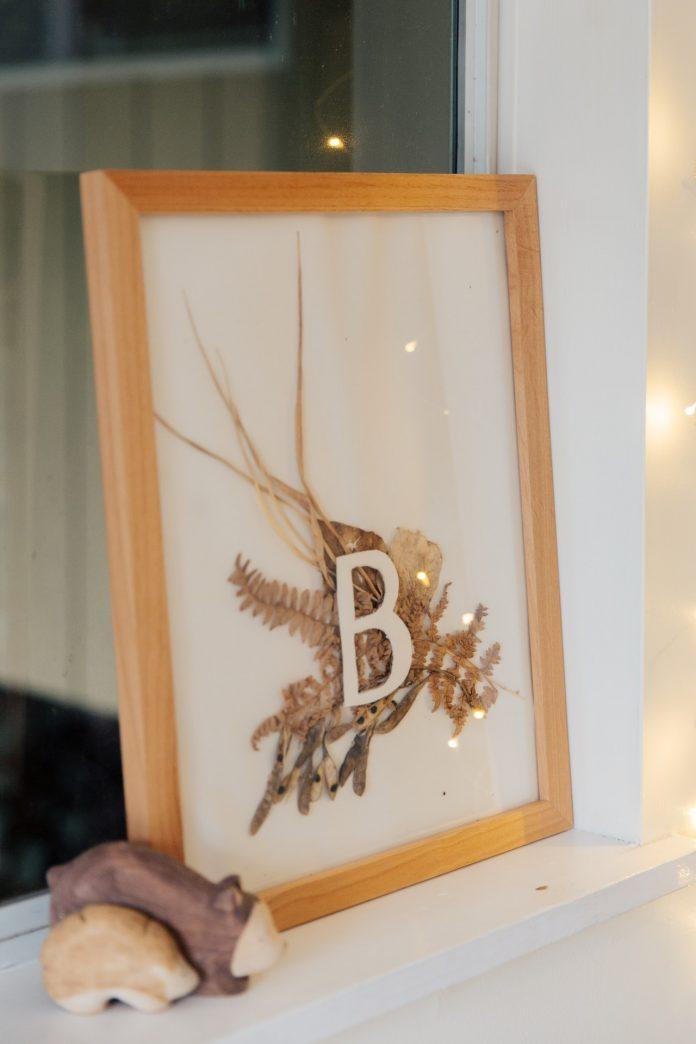 písmeno B v zarámovanom obraze