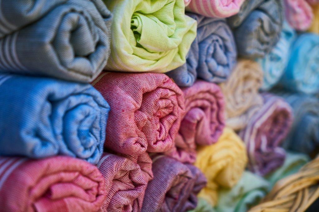 farebné a čisté kuchynské utierky rôznych farieb