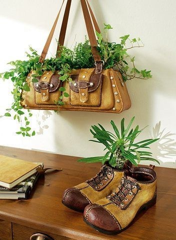 handmade kvetináč vyrobený z tašky a starých topánok