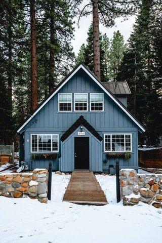 modrý domček v prírode s modrou fasádou