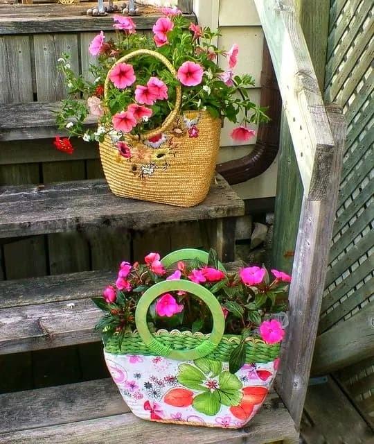 dámske kabelky využité na tvorbu kvetináča na rasltiny