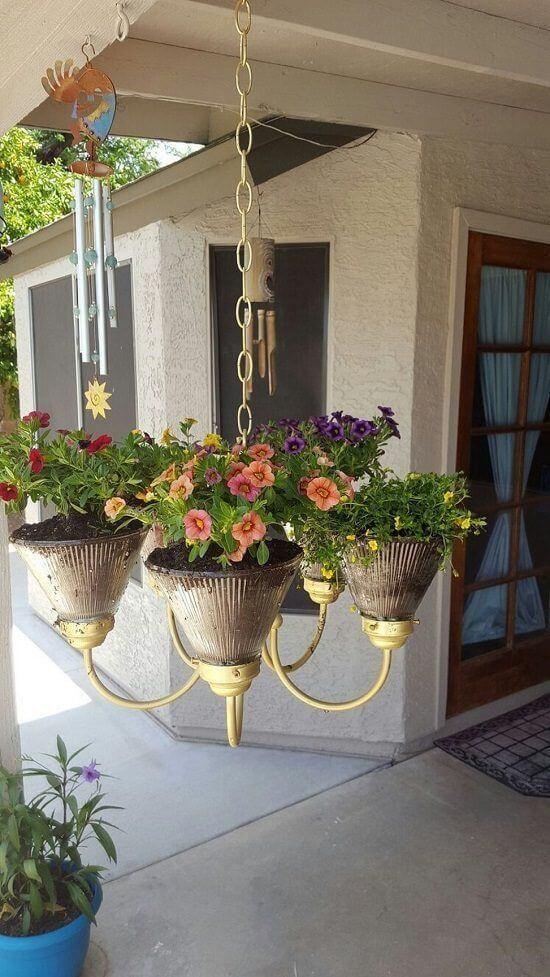 luster ako kvetináč s farebnými kvetinami