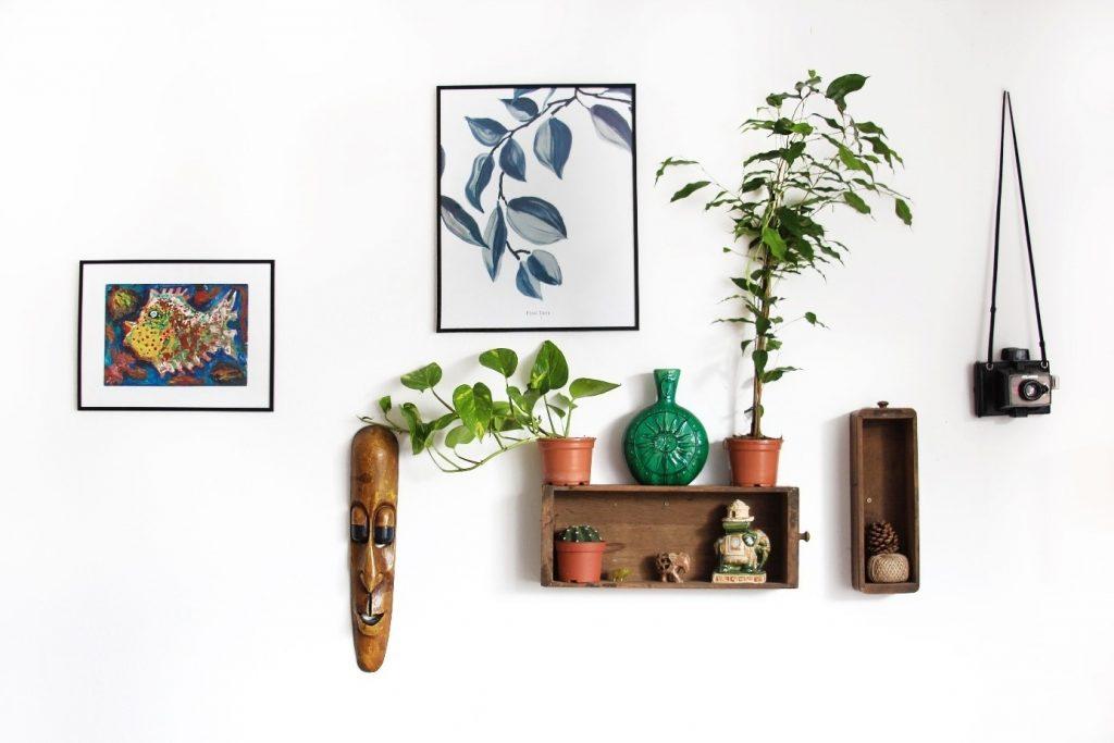 interiérové etno doplnky zavesené na stene v obývacej miestnosti