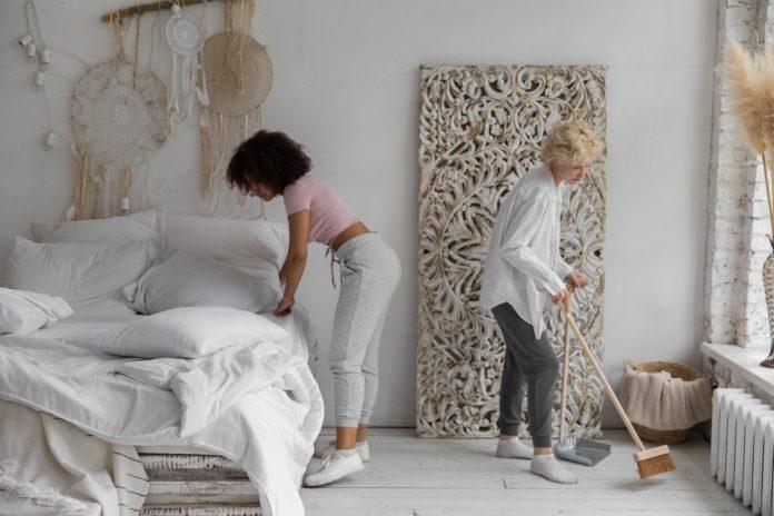 dve ženy čistia svoj interiér počas jarného upratovania